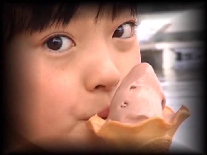 ソフトクリームを舐めるU12JSジュニアアイドル河西莉子ちゃん